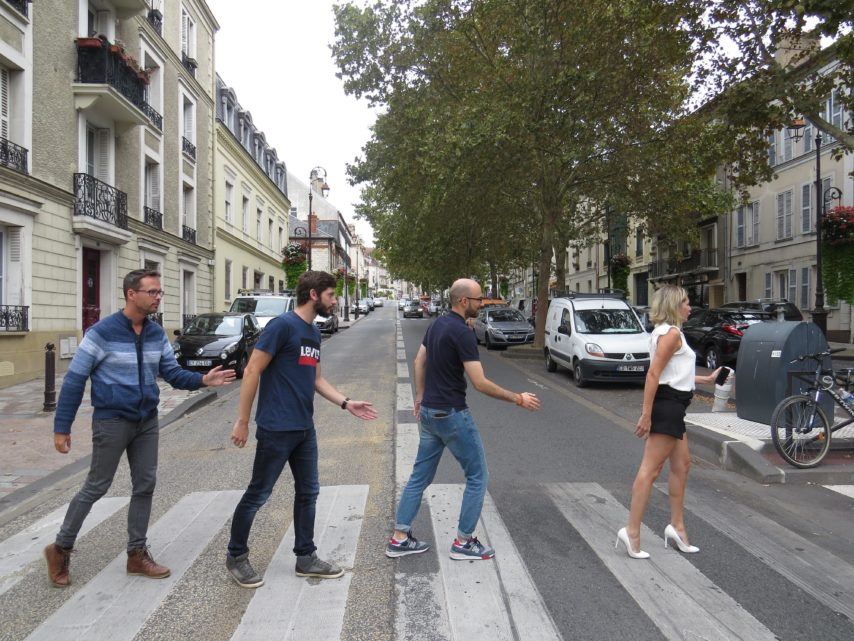 trouver un emploi traverser la rue